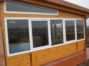 struttura abitativa in legno di abete lamellare e rivestimento in legno di abete massello infissi in pvc copertura fissa
