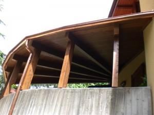Porticato in legno di abete lamellare realizzato  a semicerchio con copertura fissa