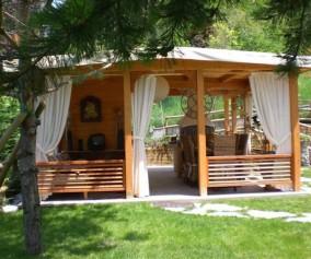 Gazebo chiusure perimetrali e casetta annessa in legno di abete lamellare e massello copertura telo in pvc chiusure in pvc