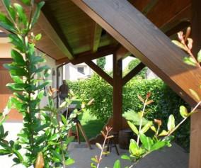 Gazebo in legno di abete lamellare con copertura a due falde e solo due colonne centrali