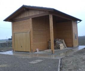 Garage in opera con porticato annesso in legno di abete lamellare e massello copertura  in perlinato di abete guaina e tegole