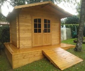 Casetta ad incastro in legno di abete massello rialzata da terra copertura perlina e guaina