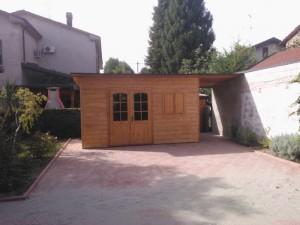Casetta in opera in legno di abete massello mono-falda con legnaia laterale doppia porta frontale e finestra