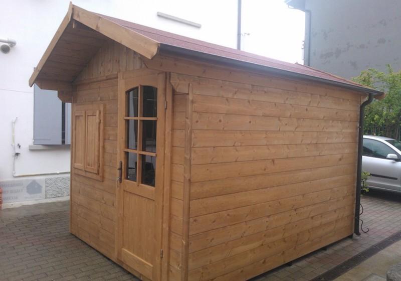 Casetta a pannelli su misura in legno di abete massello con porta e finestra frontale copertura in perlina e guaina