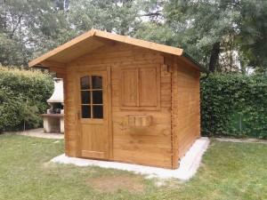 casetta ad incastro standard in legno di abete massello porta e finestra frontale copertura in perlina e guaina