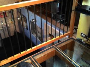 Soppalco per interno in legno di abete lamellare e pavimento in vetro con travi in legno